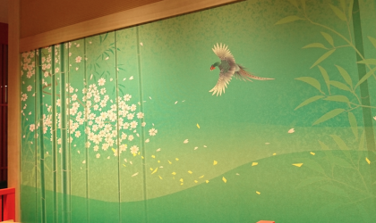 店舗の内装を加賀友禅の壁紙で艶やかに演出